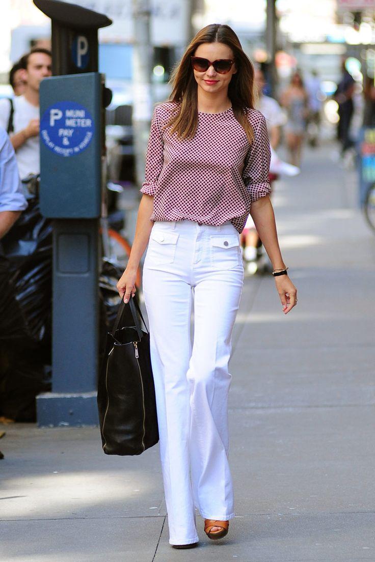 Pantalones blancos de talle alto con silueta de campana, con top de seda en tono burdeos con mangas arremangadas, combinado con una shopping bag #naturalchic