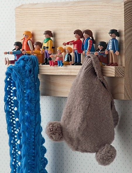 Os bonecos de Playmobil foram resgatados entre os brinquedos e fixados com cola quente a uma tábua de madeira. Agora, dão um toque divertido ao cabideiro. Produção de Tatiana Guardian e Verônica Naka