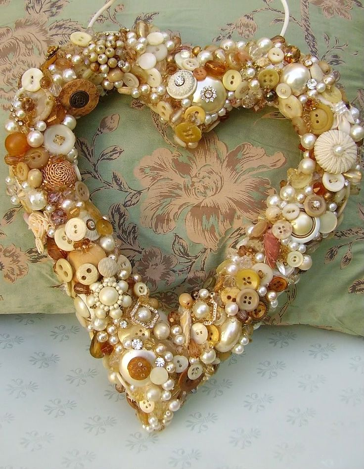 vintage button heart 2..use pearl beads to fill in gaps as wells as white buttons. Add antique lace inn between and as hanger. Make for kitchen with hints of green. Paint buttons green if don't have any
