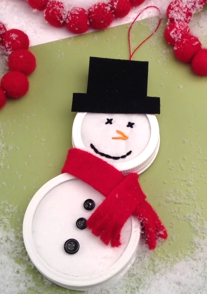 This holiday lid craft is an easy way to get the kids involved with decorating. Different-sized lids create the perfect snowman, and the attached loop makes your craft easy to display.