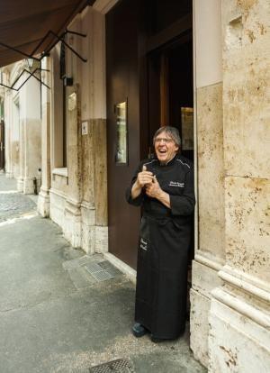 Valitsimme kuusi erinomaista ravintolaa aivan Rooman kuuluisien nähtävyyksien kupeesta. Kuvassa Armando al Pantheonin keittiömestari Claudio Gargioli.