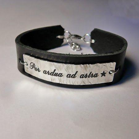Brett läderarmband med silverbricka och #personlig #gravyr  #Personalized #engraving #bracelet #leather #silver Älskade Barn