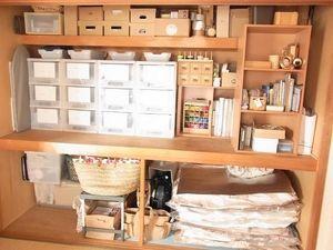 和室の押し入れだって工夫次第でこんなにすっきり。箱、収納ケース、カラーボックス道具を上手に使って。