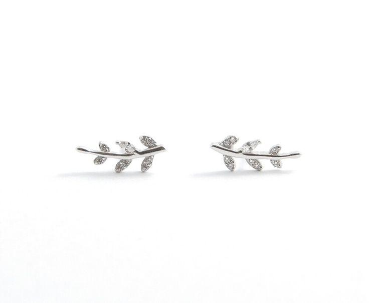 Prachtige zilveren oorstekers met kristal.