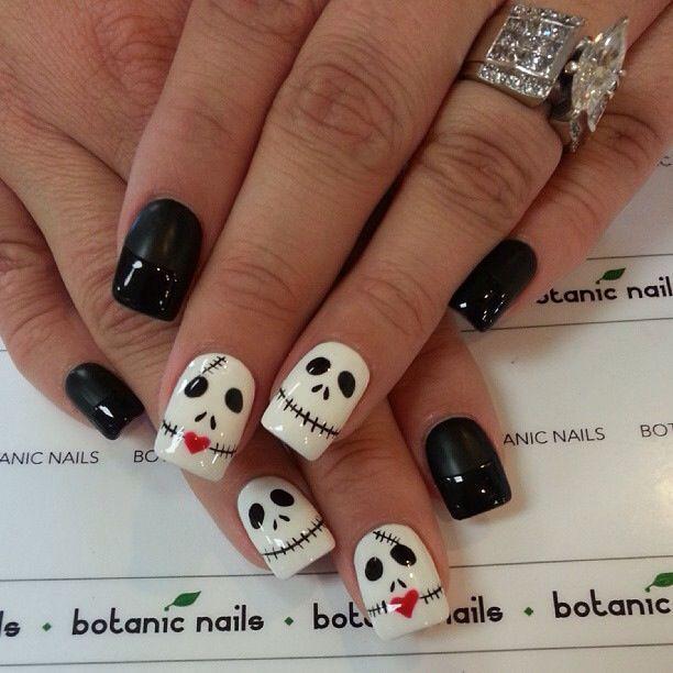 Diseño de uñas para halloween blanco y negro