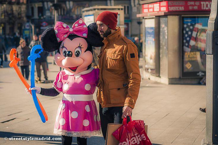 Cuando el frío aprieta es conveniente abrigarse, aunque queramos sacarnos una foto con Minnie Mouse.