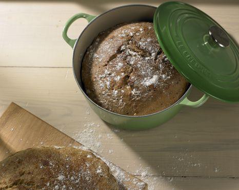 Verdens bedste brød bagt i støbejern. Le Creuset gryder til brød og simreretter.