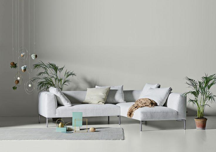 Store | Juul - Modern design och Dansk kvalitet Juul401 bygger på en enkel princip: en soffa är inte bara en soffa utan en möbel som är uppskattad för sin form, färg och funktion. Soffan går att få som 2-sits soffa och hörnsoffa  i tyg eller läderklädsel som är en avtagbar klädsel som fästes med kardborrband och har domestic tyg under. Soffan har skum och polydun stoppning, sittplymå med polyeterkärna i sandwich samt duntäckpåse runt om som är tung. Ryggkudden på soffan är i polydun. För att…