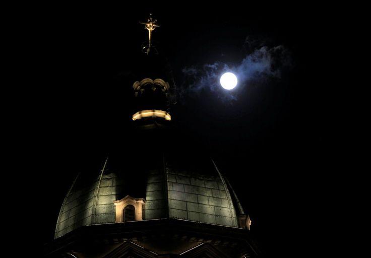 La Lune sera la vedette de ce lundi dans le monde entier ! L'astre sera en effet 14% plus gros et 30% plus lumineux que d'habitude grâce à la conjonction de deux phénomènes : la phase de pleine Lune tombe au moment où l'astre est au plus près de la Terre depuis 1948 ! Le phénomène peut être observé à l'œil nu mais avoir des jumelles vous permettra d'observer la surface lunaire et ses cratères comme jamais ! En attendant d'admirer vous-même cet événement à la nuit tombée, découvrez les…