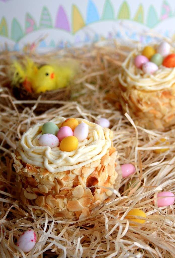 Et si pour Pâques vous faisiez des nids de Pâques comme chez le pâtissier ? Ici j'ai parfumé mes nids à la vanille car je trouve qu'elle se marie très bien avec la crème au beurre ! La recette prend un peu de temps et de techniques mais en suivant bien...