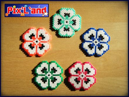 Thème Flowers effectué en perles Hama MiNi  : Autres pièces pour créations par pix-l-and