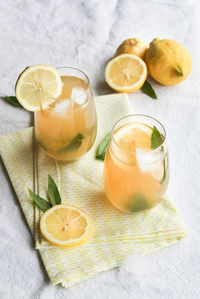 Citronnade à la verveine citron ►50 cl d'eau ►100 g de sirop de riz ou d'agave ►1 bouquet de verveine citron ►4-5 citrons Préparation Mélangez l'eau et le sucre, ajoutez la verveine et portez à ébullition pendant 10 minutes. Laissez refroidir et retirez la verveine. Mélangez ensuite le sirop et le jus des citrons. Servez frais !