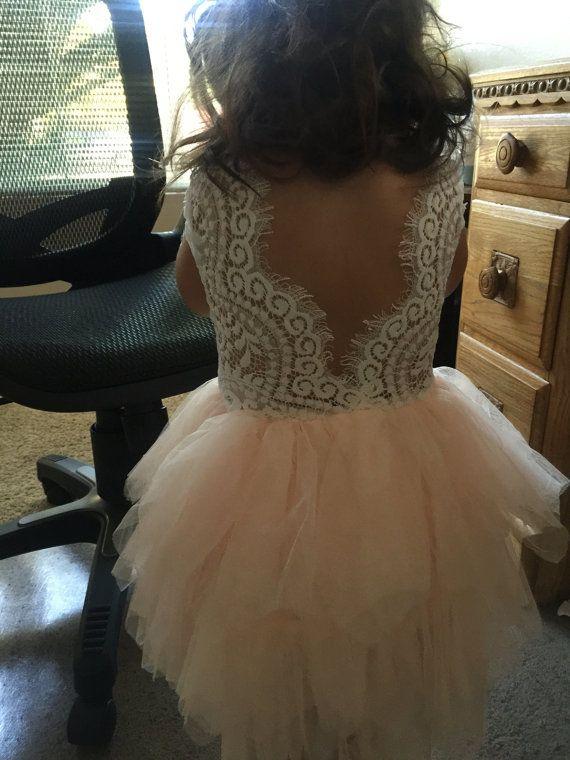 Cette robe est tout simplement magnifique ! Il comprend un corsage de dentelle blanche délicate avec une jupe tutu rose blush plusieurs niveaux. Il a également une ceinture orné sur le devant qui n'est pas amovible. Le V au dos avec de la dentelle inachevé ajoute la quantité parfaite de look chic et bohème pour cette robe incroyable. Parfait pour votre prochain événement spécial. USURE IDÉAL : Robe de fille de fleur Gâteau Smash Première Communion Photographie Prop Robe de demoiselle…