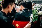 Hommage à Liu Shaoyo: desfleurs etdeschants… avantleslacrymos                         Une fille avec un petit masque, celui qu'on met en temps de pandémie, traîne deux poubelles. Buste droit, elle les renvers... http://www.liberation.fr/france/2017/04/02/hommage-a-liu-shaoyo-des-fleurs-et-des-chants-avant-les-lacrymos_1560101?xtor=rss-450