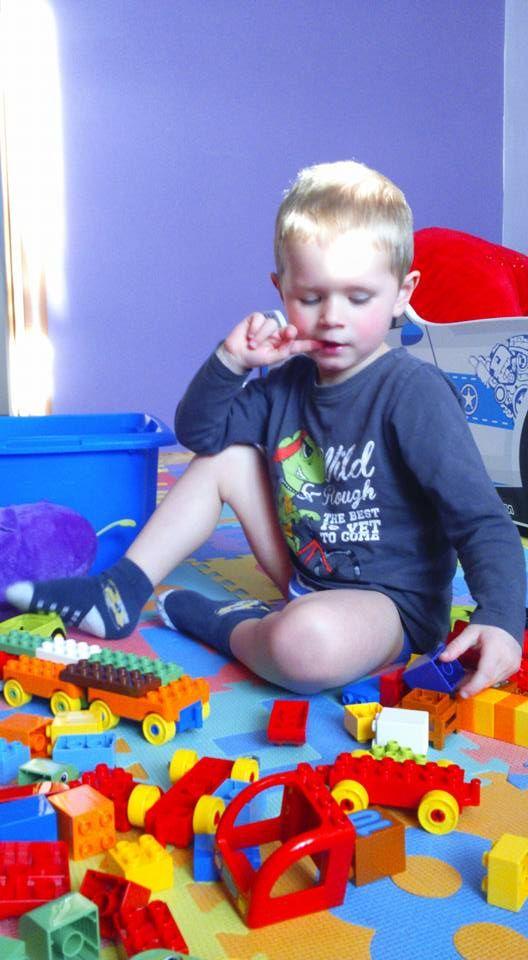 Wszyscy uwielbiamy układać Lego Duplo. Synek podczas zabawy jest bardzo przejęty :-) najlepsza zabawka Ever :-)  #LEGODUPLO #BawiIUczy #SwiatLEGODUPLO #KreatywnoscMaluszka https://www.facebook.com/photo.php?fbid=1246585962074406&set=o.145945315936&type=3&theater