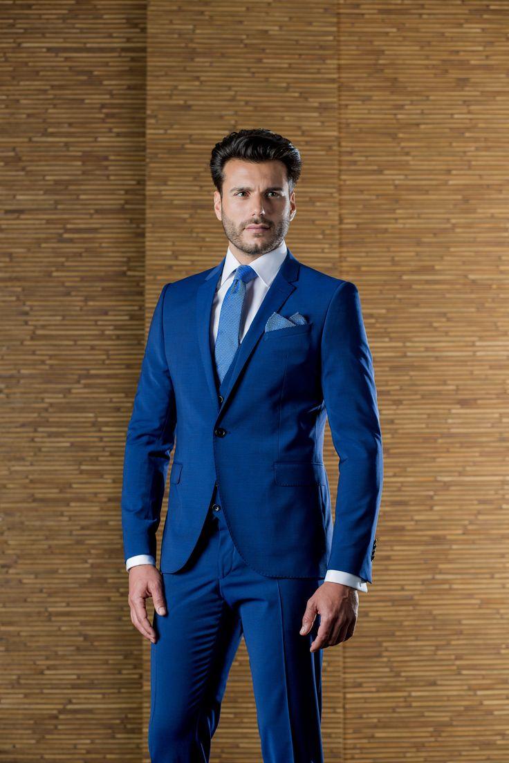 Traje de padrino con chaleco, en azul Klein, de la firma ETIEM. Sastrería Campfaso.