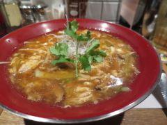 東京中目黒には酸辣湯麺が美味しいと評判のお店があるのを知っていますか 新潟三宝亭 東京ラボというお店なんですけどピリ辛の麺が定番メニューです 日本人の口に合うように作られているから食べやすくて美味しいんですよ 辛さは調整できるので辛いのが苦手な人にもおすすめ  #東京 #グルメ #ランチ #酸辣湯麺 # 担々麺 #中華 #女子会  tags[東京都]