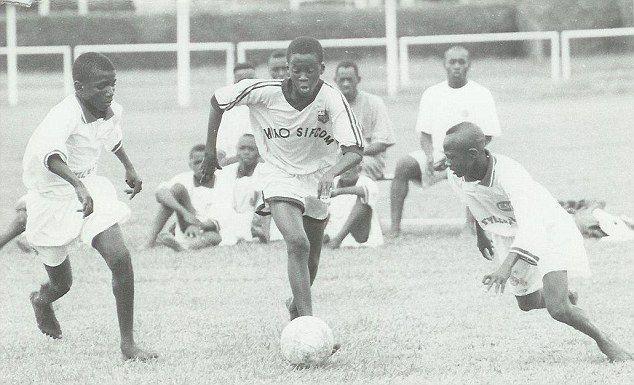 Yaya Touré - au centre et balle au pied - à l'ASEC Mimosas à ses débuts