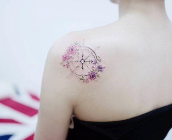 Tatouages: on mise sur le voyage - La boussole façon aquarelle.© Pinterest Danielle Mokem