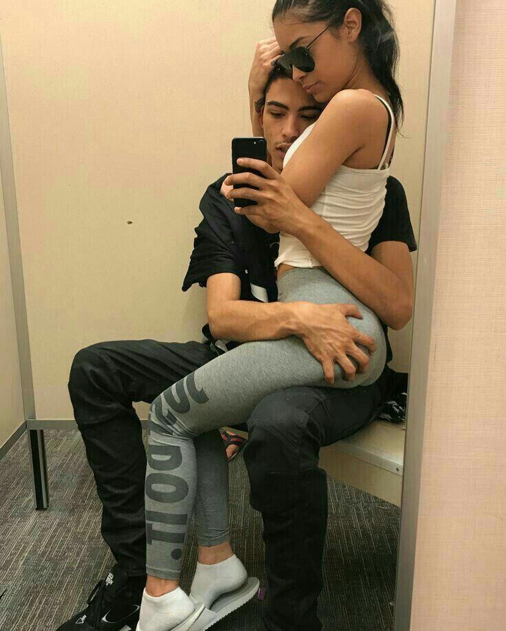 Парень с девушкой в примерочной фото охи