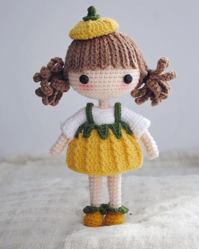 Muñeca con falda amarilla.