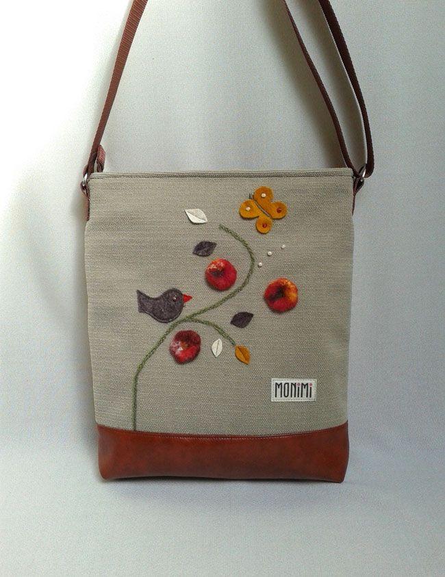 Erős jó tartású vászon anyag és textilbőr kombinációjával készült ez a táska. #Nemez virágok, gyapjúfilc #madárka, levelek és gyöngyök díszítik. Értékes és különleges darab. Cross-bag női #táska