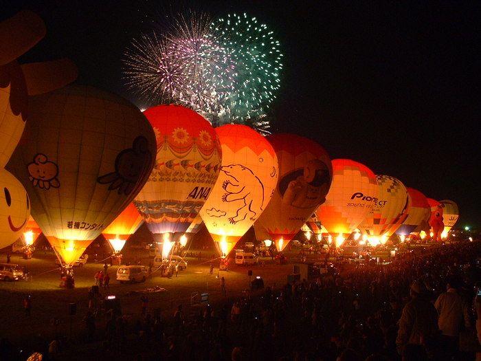 開催中には花火が上がる日もあります。気球だけでも美しいのに花火も見られる・・・。これは一生の思い出になるといっても過言ではない、感動体験になることでしょう。