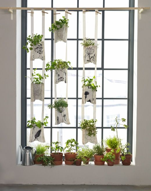 Idée pour jardin d'intérieur basé sur des poches en textile à suspendre, avec des plantes dedans.