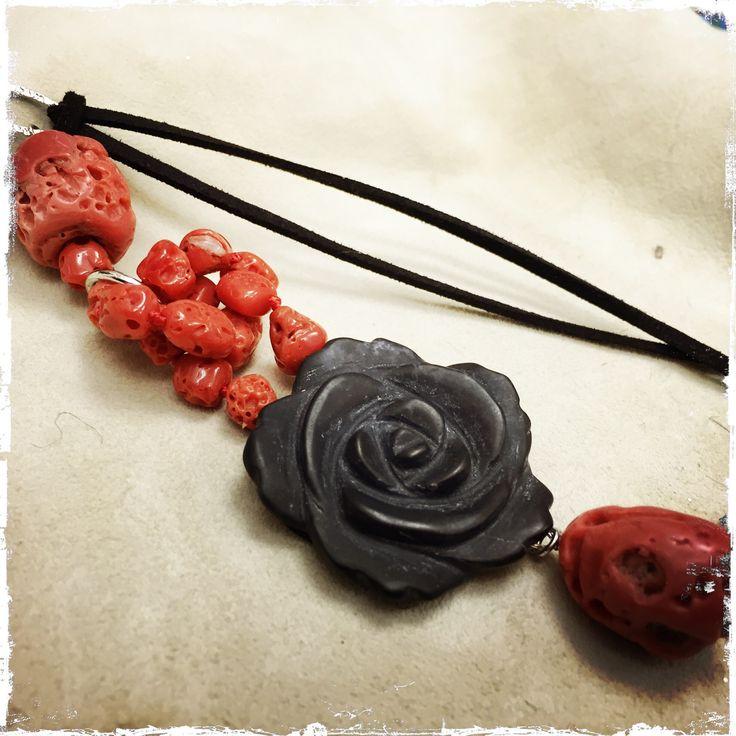 Ciondolo con rosa in agata nera e corallo, montati su argento e cordino