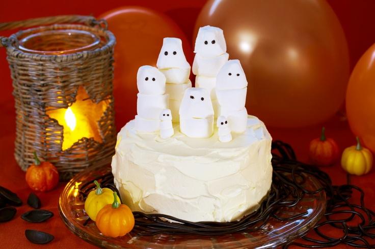Oppskrift på halloweenkake med små hvite spøkelser til årets skumleste kveld. Skrem venner og familie med en spøkelseskake. Spøkelsene kan også minne om hattifnattene fra Mummidalen. Kaken vil også gjøre lykke i barneselskap eller bursdagen til den lekne voksne.