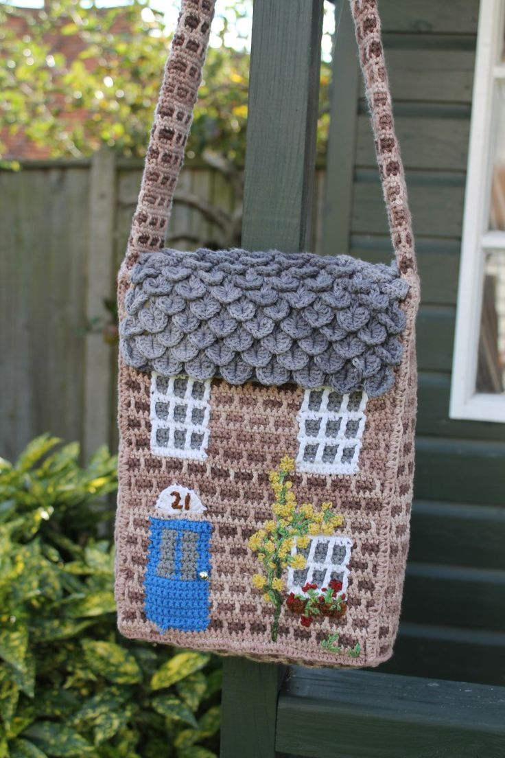 Well, here it is, at last. The pattern. The pattern… for the crochet house shoulder-bag that I designed. It's been a while coming. Would you like to make one? It's not that h