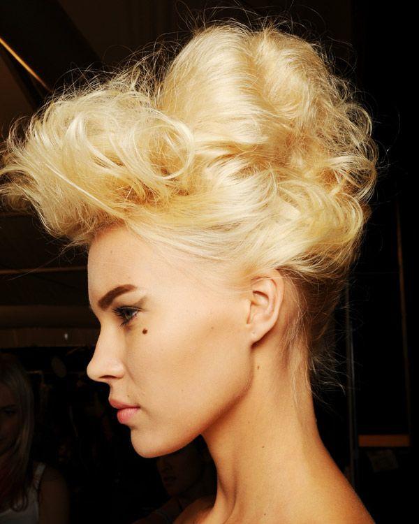 Und hier sehen wir die Haartolle von der Seite: Beim Hochstecken dieser 50er-Jahre Frisur unbedingt auf Volumen achten. Ein Haarkissen, auch Donut genannt,