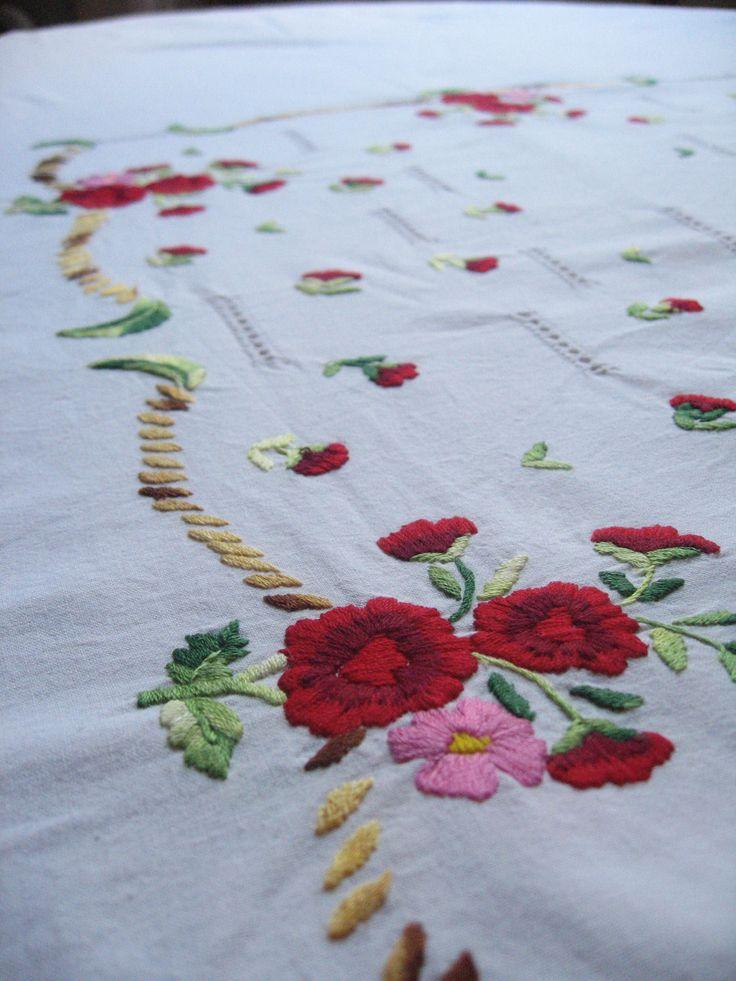 Grande nappe blanche avec fleurs brodées / Nappe rectangulaire / Broderies fleurs rouges et ajours / Linge de table rétro / Vintage français de la boutique LMsoVintage sur Etsy