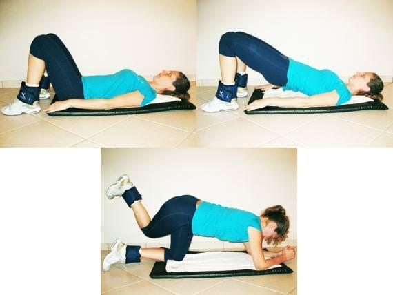3) Na posição de quatro apoios, eleve uma das pernas como no exercício de número 1 e ao descer a perna cruze o joelho por trás da perna que está apoiada no solo. Repita 15 vezes e repita com a outra perna.