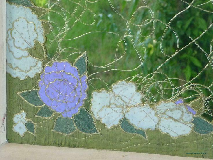 specchio con decorazioni in rilievo con fiori e fili d'oro particolare  (28)