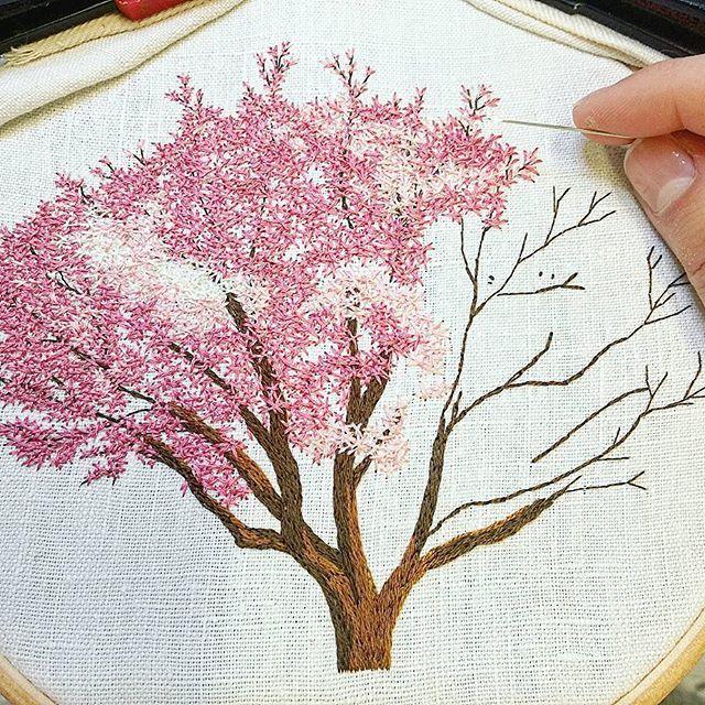 Work in progress 👌 . . . . . . . . . . . . . . #magnolia #pinktree #arbrerose #rose #pink #tree #arbre #campagne #countryside #greenlife #making #inprogress #handembroidery #embroidery #embroideryart #broderie #broderiemain #handmade #faitmain #brodeuse #embroiderer #embroidered #bordado #madeinfrance #delphil #tatoueusedetissu© #modernembroidery #contemporaryembroidery #embroideryinstaguild #embroiderylove