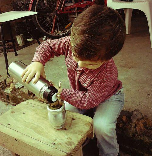 Niño Argentino: Disfrutando Unos Buenos y Ricos Mates.