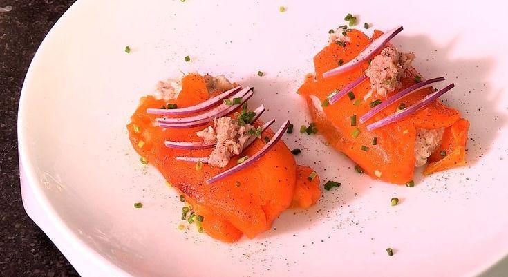 bereiden: Leg de paprika's in een ovenschaal gevuld met een klein bodempje water. Bak 15 minuten in een voorverwarmde oven op 250°C. Meng ondertussen de tonijn met de witte bonen en de mascarpone. Breng het mengsel verder op smaak met peper en zout. Werk af met de gesnipperde bieslook. Haal de paprika uit de oven, koel af onder koud stromend water en pel. werk af: Snijd de paprika doormidden en leg op elke plakje een lepel van het tonijnmengsel. Rol op en serveer.