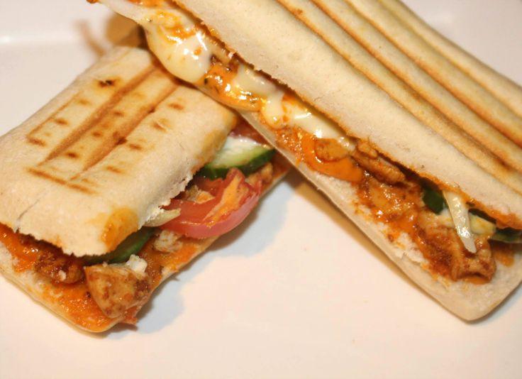 Panini Kip Andalouse, makkelijk en lekker. De panini broodjes kun je ook makkelijk zelf in elkaar flansen. Misschien volgt er binnenkort een instructiefilmpje hiervan, met recept uiteraard. Deze panini broodjes komen trouwens uit de supermarkt.