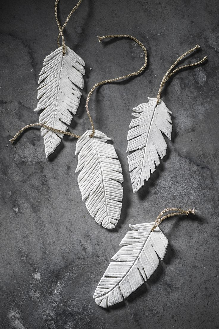 Clay feathers www.panduro.com #DIY #easter #clay #påskris #påsk #fjädrar #twigs #fake