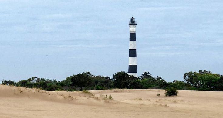 Faro Querandi. 1922, entre Mar Azul y Mar Chiquita en la Reserva de dunas naturales. 54mts h. 6 franjas negras y 5 franjas blancas.