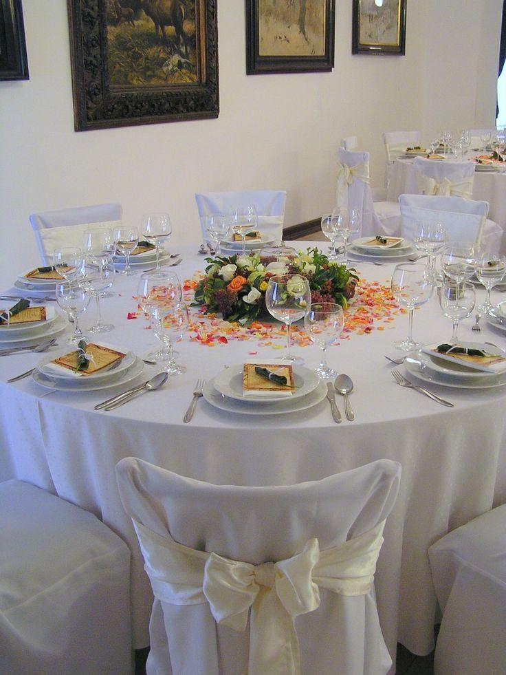 Szoknyázás, masnizás, teljes asztaldíszítés