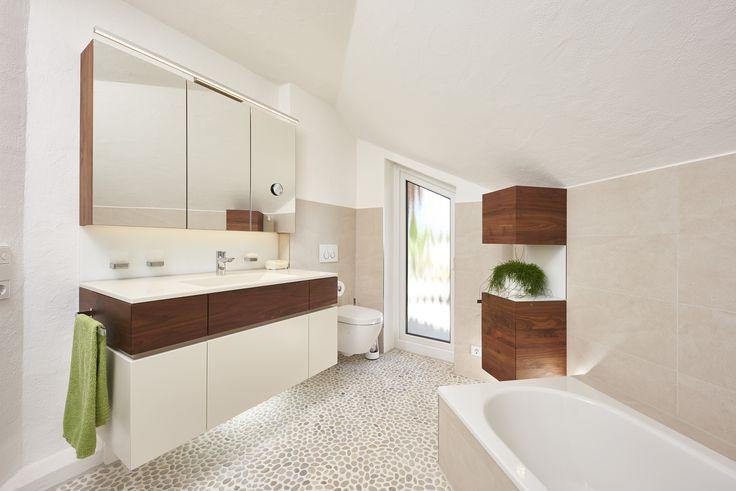 Das Badezimmer verfügt über ein nahtloses Waschbecken und einen Eisschrank sowie ein eigenes Bad.