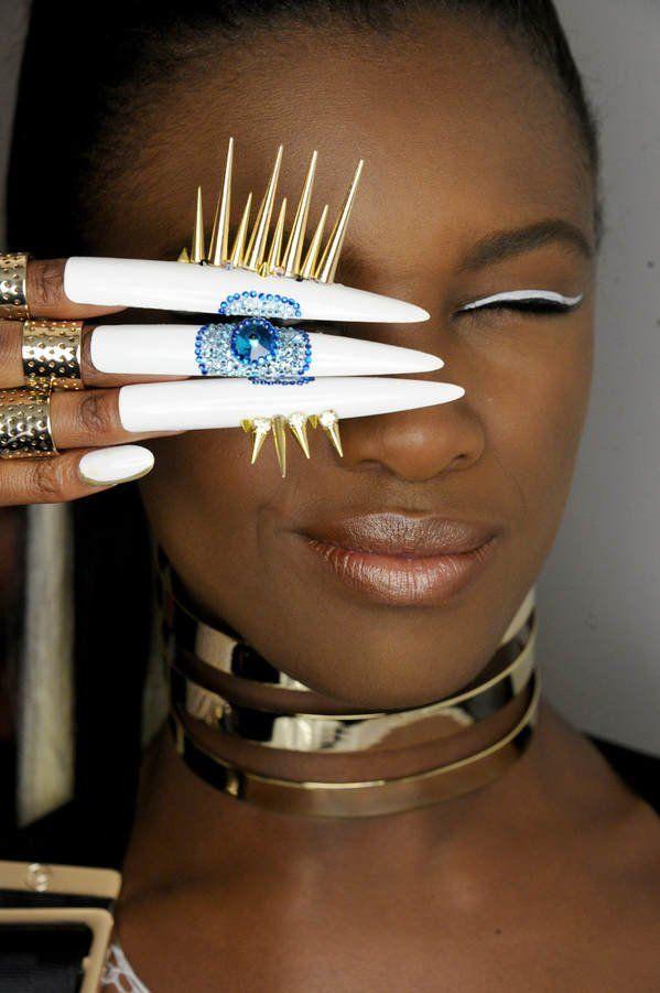 """Das Nazar-Auge, das der Legende nach den bösen Blick des Gegenüber abwenden soll, wurde für diese Nail Art von """"The Blonds"""" verwendet. Schon mal gegen die Hater vorsorgen, sozusagen...Was sagt ihr zu dem Look?"""