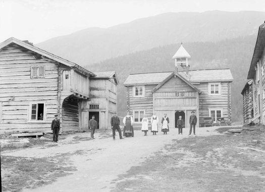DigitaltMuseum - Kort : Lom 7/7 1906. Gården Graffer, Garmo. Bolighus, driftsbygninger, personer
