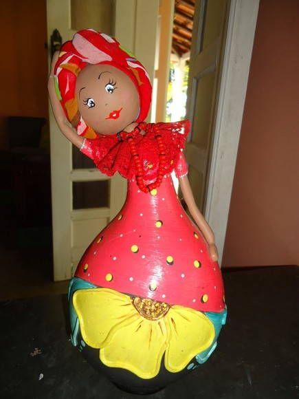 Boneca feita de cabaça. Pintada e decorada com biscuit e enfeites. Linda peça para decorar sua casa. R$ 51,75