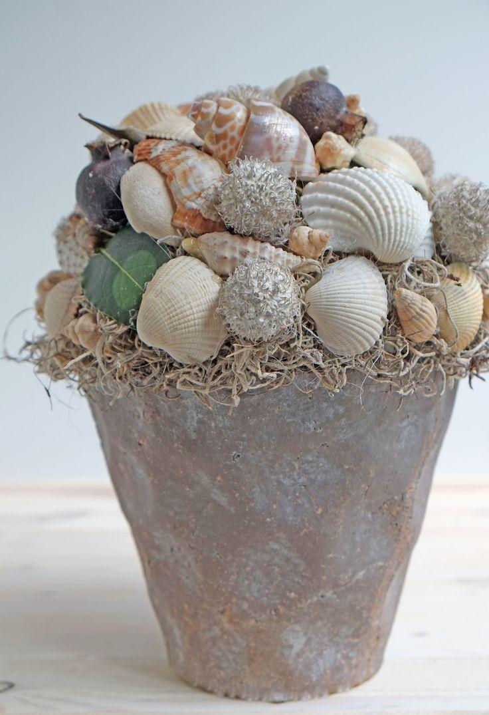 Mooie decoratie met schelpen (Diy Interieur ideeën )   Bijna Zomer, bijna mooi weer, heerlijk!! Als voorbereiding voor de Zomer om in de stemming te komen, heb ik deze mooie decoratie alvast gemaakt met heel veel schelpen, om de sfeer van vakantie een beetje te proeven. Zon, zee dat mis ik heel erg.