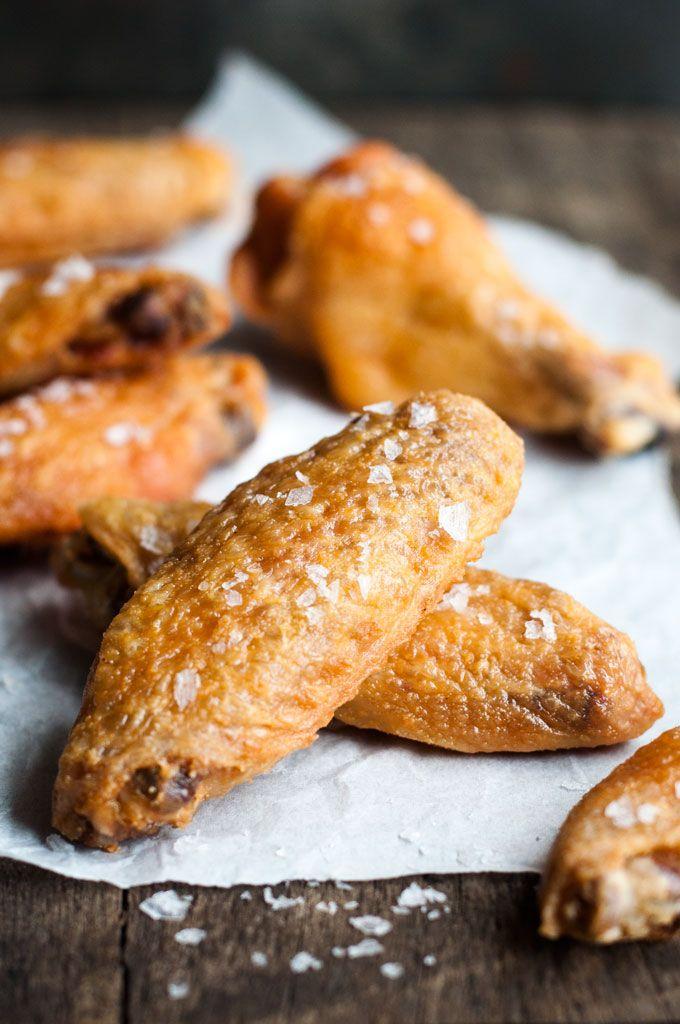 カリカリに仕上げる秘密は手羽肉にベーキングパウダーをまぶし、最初は低温で脂肪分を出してから高温で皮をカリッとさせる事です。焼き上がった手羽先はハニーガーリックソース(蜂蜜とニンニク味)にからめます。