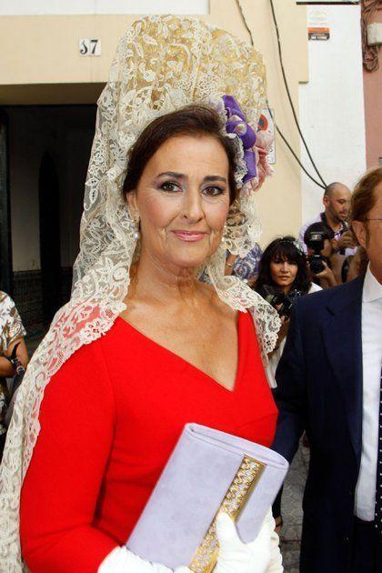 Carmen Tello optó por adornar la mantilla con dos lazos en tonos morados y rosas en la boda de la Duquesa de Alba y Alfonso Díaz