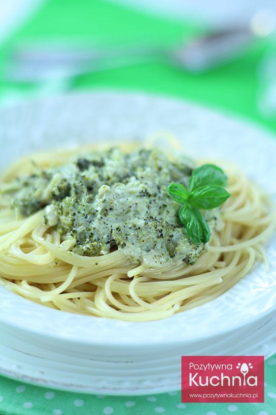 Makaron w sosie brokułowym - #przepis na #makaron z brokułami  http://pozytywnakuchnia.pl/makaron-z-brokulami/  #brokul #pasta #spaghetti #obiad #kuchnia